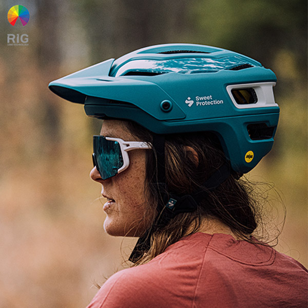 A man wearing a Trailblazer bicycle helmet and Ronin RIG goggles from Sweet Protection.