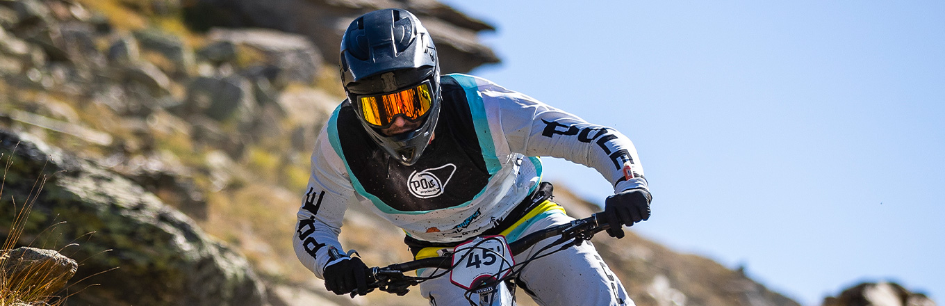 Pole Enduro in an Arbitrator helmet og Firewall goggles from Sweet Protection.
