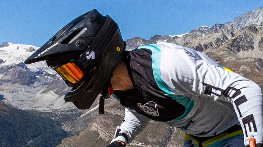 Pole Enduro in an Arbitrator helmet og Firewall goggles from Sweet Protection